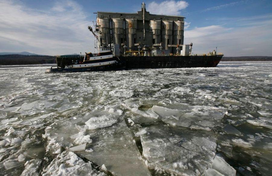 Un remorqueur est bloqué par la glace sur l'Hudson River dans l'Etat de New-York.