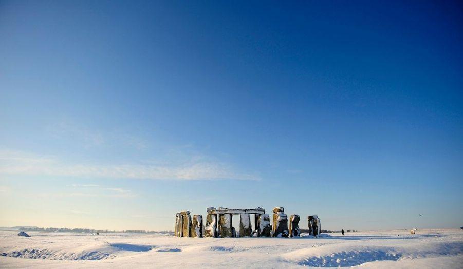 Stonehenge est paré de son manteau blanc. Le célèbre monument, érigé entre -2800 et -1100, situé dans le sud de l'Angleterre est recouvert de neige, comme le reste du pays. La Grande-Bretagne connait en ce moment ses températures les plus froides depuis 30 ans.