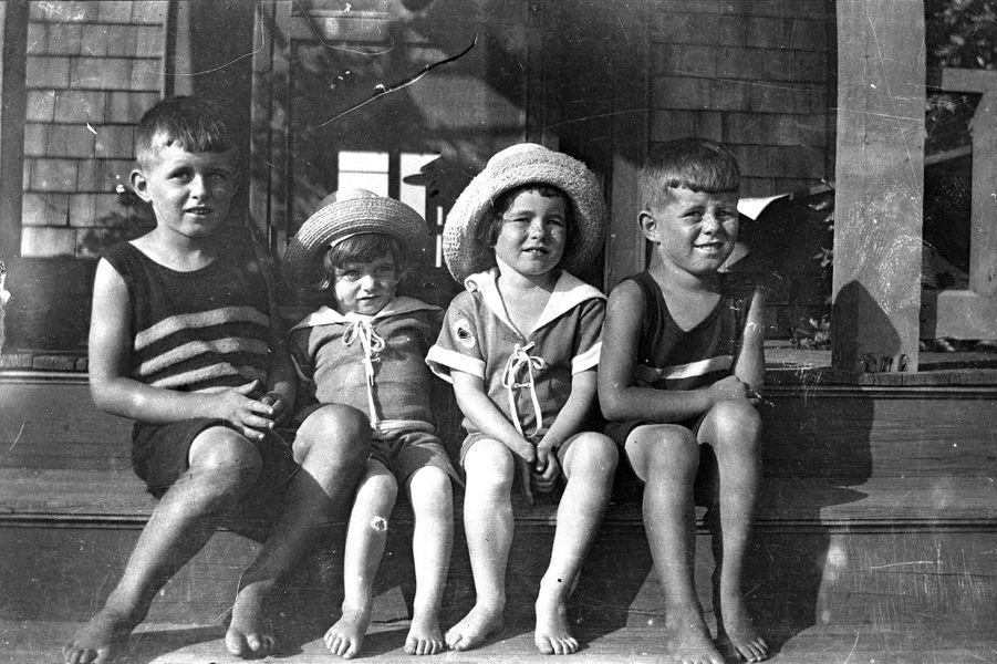 John F. Kennedy enfant, à droite, avec son frère Joseph et ses soeurs Kathleen et Rosemary.