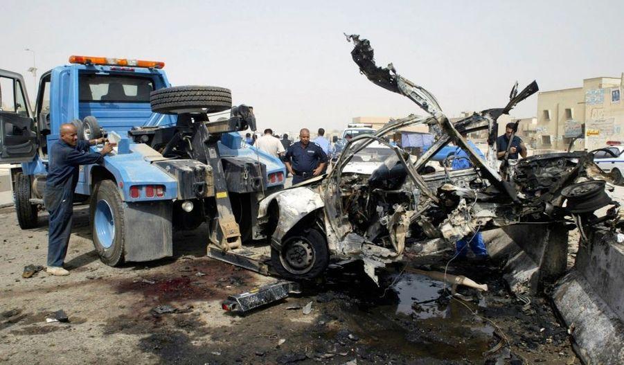 """Les autorités de Ramadi, dans l'ouest de l'Irak, ont décrété mardi l'état d'urgence et interdit la circulation des véhicules après un double attentat, précédé lundi par une explosion qui a tué deux policiers. Une voiture piégée conduite par un kamikaze et une bombe dans un véhicule stationné ont explosé quasi simultanément mardi près d'un ensemble de restaurants de Ramadi, faisant trois morts et 13 blessés, a annoncé la police. Une autre source policière a fait état d'un mort et 18 blessés. """"L'état d'urgence a été déclaré à Ramadi en raison de renseignements sur la présence en ville d'un troisième véhicule chargé d'explosifs"""", a déclaré un policier sous le sceau de l'anonymat."""