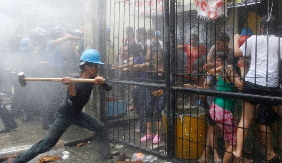 La démolition d'habitations au centre de Manille a provoqué un début d'émeute. Les anciens résidents redoutent les expulsions arbitraires et l'impossibilité de se reloger sur place.
