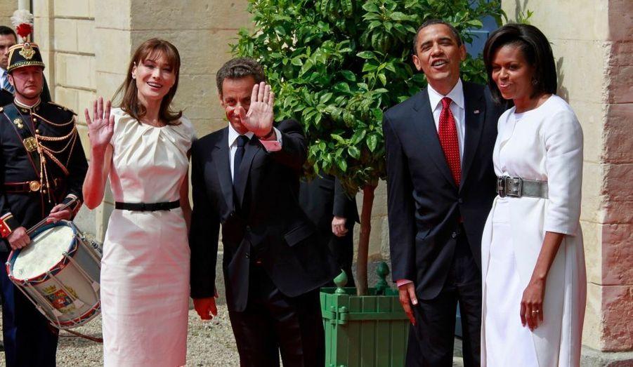 Nicolas Sarkozy, accompagné de son épouse Carla Bruni-Sarkozy, a accueilli le couple présidentiel américain à leur arrivée en Normandie, à Caen, dans le Calvados. Le président de la République s'est longuement entretenu avec Barack Obama et donnera une conférence de presse avant les commémorations du 65e anniversaire du débarquement en Normandie.