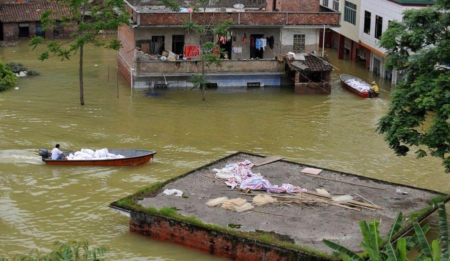 Le village de Xincheng, dans la région de Guangxi, sous les eaux. Les inondations et glissements de terrain qui ont frappé le sud de la Chine lundi ont déjà fait une quarantaine de morts et des dizaines de disparus, d'après les autorités locales.