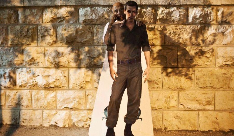 Un homme tient une photo grandeur nature de Gilad Shalit, devant l'entrée de la résidence de Benjamin Netanyahou à Jérusalem. Le soldat israélien est détenu depuis cinq ans par des militants palestiniens.