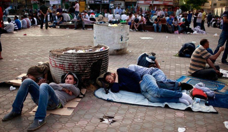 De nombreux Egyptiens ont passé le nuit sur la place Tahrir, au Caire, pour protester contre le verdict prononcé à l'encontre de l'ancien président Hosni Moubarak -la prison à perpétuité, alors qu'il encourait la mort par pendaison.