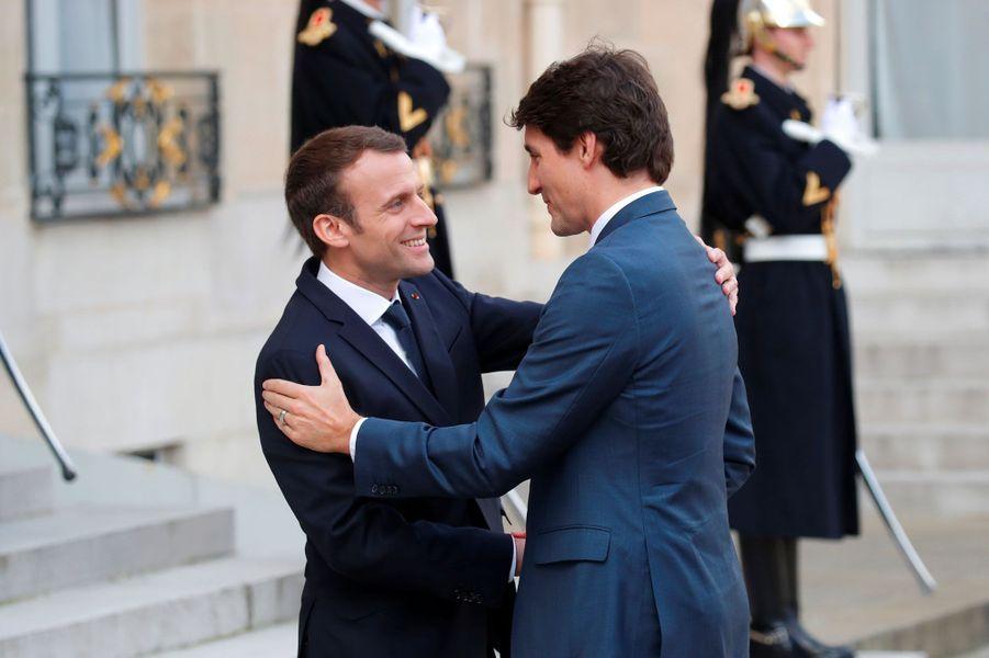 Emmanuel Macron accueille Justin Trudeau à l'Elysée, lundi.