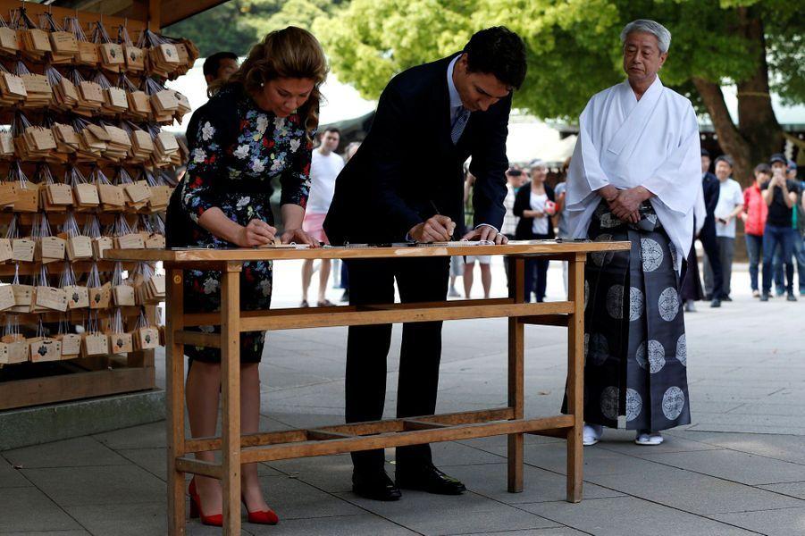 Justin Trudeau et Sophie Grégoire au sanctuaire Meiji à Tokyo, le 24 mai 2016.