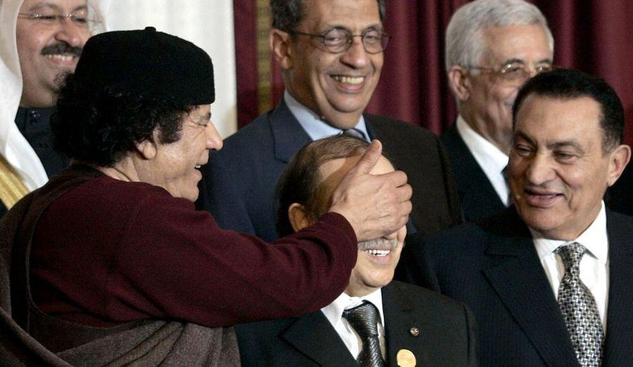Le Guide de la révolution s'amuse en compagnie du président algérien Abdelaziz Bouteflika et du président égyptien Hosni Moubarak.
