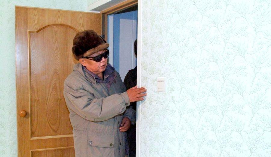 Kim Jong-il, visite d'une maison neuve, en 2010