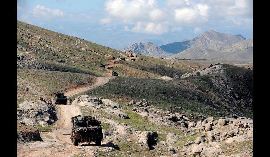 4ème jour de l'Opération NIZAMI, les travaux de construction de la FOB continuent malgré les intempéries.Un convoi de blindés français se déplace sur une piste de la vallée d'Uzbin.