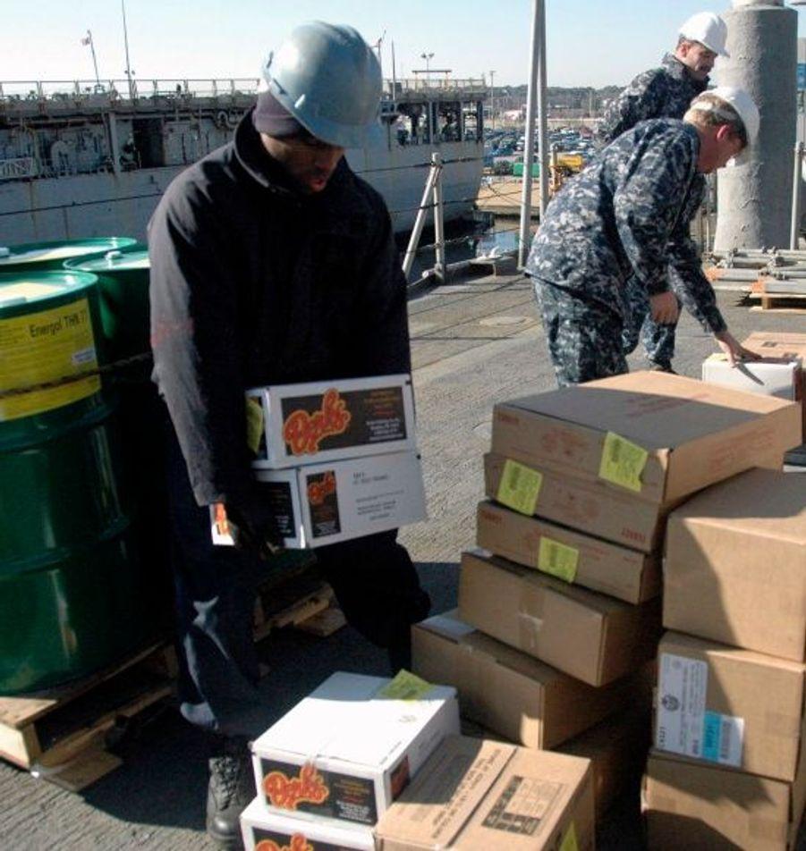 Des vivres sont chargées sur un bateau de l'armée américaine en Virginie