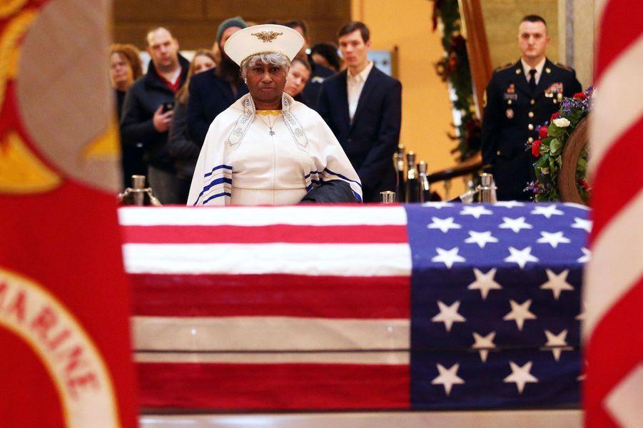 Recueillementdevant le cercueildeJohn Glenn exposé dansle bâtiment du Sénat à Columbus (Ohio).