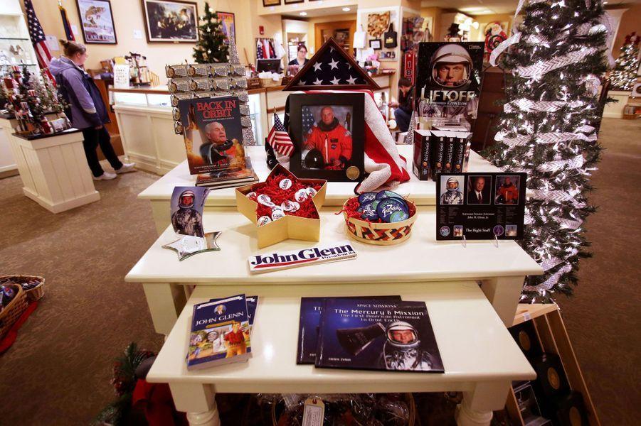 Des articles à l'effigie du célèbre astronaute dans une boutique de souvenirsdu Sénat à Columbus (Ohio).