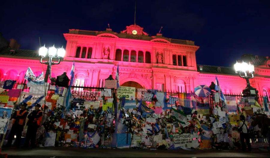 La Casa Rosada (Maison Rose en français), le siège du pouvoir exécutif d'Argentine, avait revêtu sa couleur, et était décoré de fleurs et d'affiche hier soir.