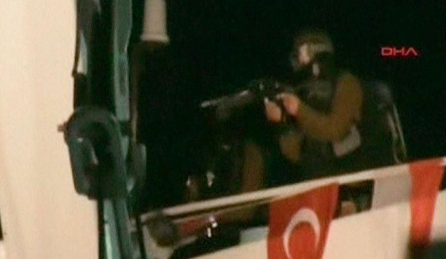 Des soldats armés à balles réelles