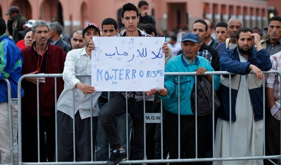 Un homme lève une pancarte: «Non au terrorisme». Les Tunisiens se sont révoltés en masse, place Jamaa el-Fna, pour dénoncer cet acte de terrorisme.