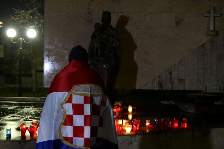 Des habitants croates de la ville de Mostar, dans le sud de la Bosnie-Herzégovine, ont allumé des cierges en hommage à Slobodan Praljak, le 29 novembre 2017.