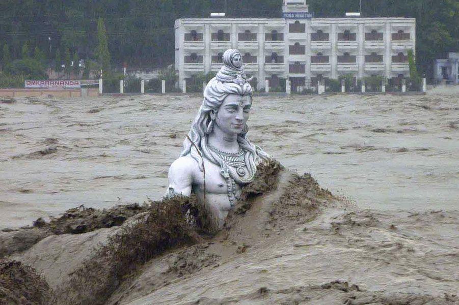 Les violentes pluies de mousson ont provoqué des glissements de terrain et des inondations conduisant à la mort de plus de 550 personnes dans l'Etat himalayen d'Uttarakhand, dans le nord de l'Inde. Les autorités ont fait savoir que jamais l'Himalaya n'avait connu telle catastrophe. Elles ont ajouté que le nombre de victimes pourrait rapidement augmenter puisque près de 50000 personnes sont encore isolées et en attente de secours.