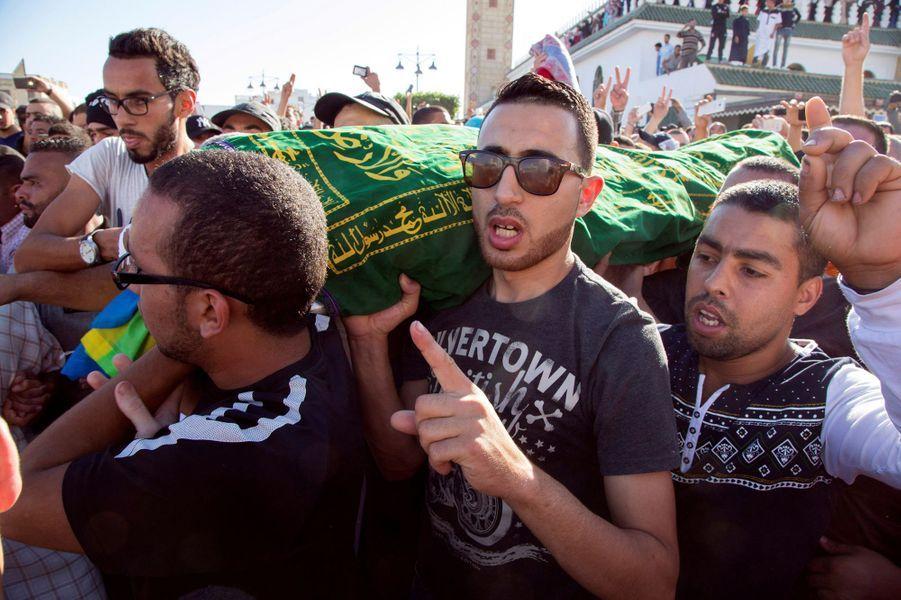 Des milliers de Marocains ont défilé dans les rues de plusieurs villes du pays, choqués par la mort effroyable de Mouhcine Fikri.