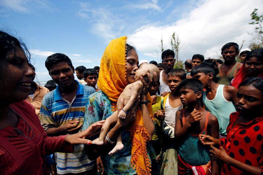 Une Rohingya et le corps de son fils àShah Porir Dwip, au Bangladesh, le 14 septembre 2017.