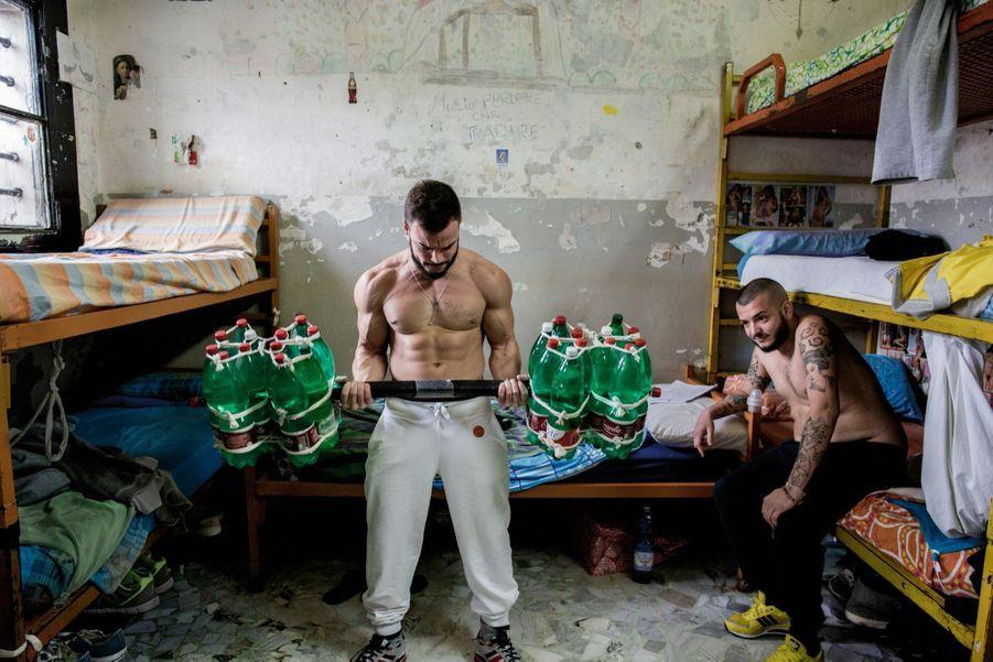 Un haltère bricolé avec 24 bouteilles d'un litre et demi au pénitencier de Poggioreale, à Naples.