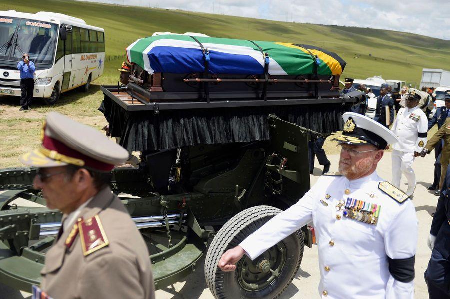 Un seul photographe était autorisé à approcher le cortège convoyant le cercueil de Nelson Mandela vers le cimetière.