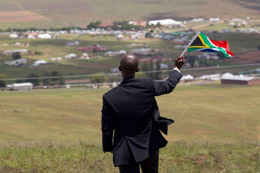 Qunu, le village natal de Nelson Mandela, a été dimanche le théâtre des obsèques privées de l'ancien président sud-africain. Les curieux et les journalistes étaient tenus à l'égard de cette grande cérémonie, qu'ils n'ont pu observer que depuis une colline située à un kilomètre du cimetière.