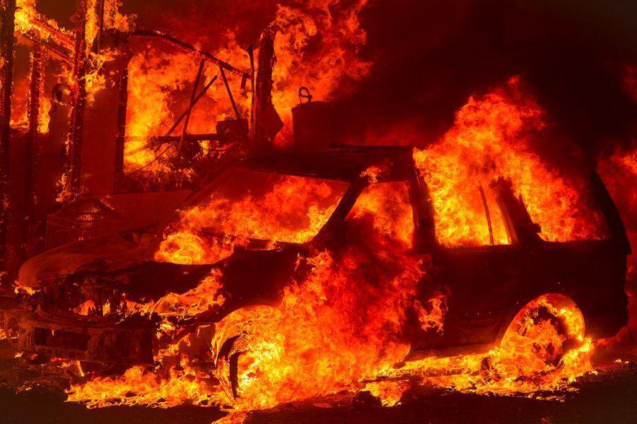 Dans la Sierra Nevada au nord de Sacramento, dix maisons ont été détruites par le feu.
