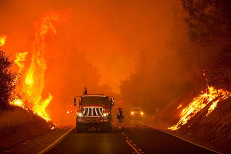 Dans la Sierra Nevada au nord de Sacramento,dix maisons ont été détruites par le feu.