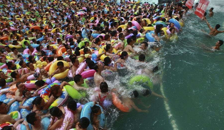 Des milliers de touristes ont assailli la piscine à vagues artificielles de Suining, dans la province du Sichuan en Chine.