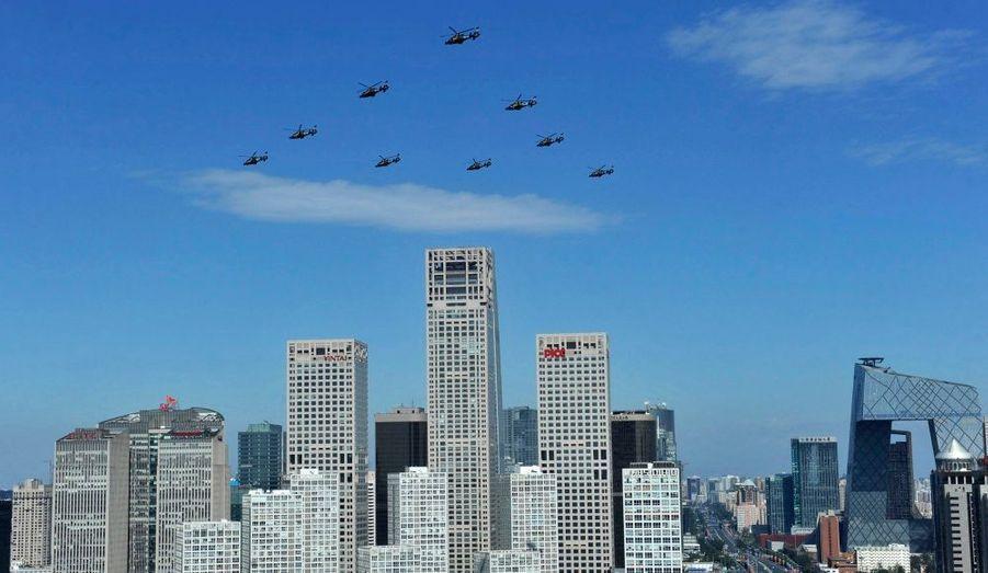 Des avions de combat et des hélicoptères ont survolé la capitale et des missiles intercontinentaux Dongfeng 31, d'une portée de 10 000 km et pouvant porter des charges nucléaires, ont été exhibés, a précisé la télévision publique chinoise.