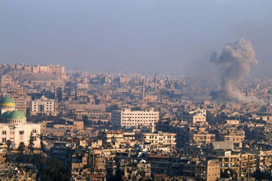 Explosion au sein des quartiers encore tenus par les rebelles à Alep, le 12 décembre.