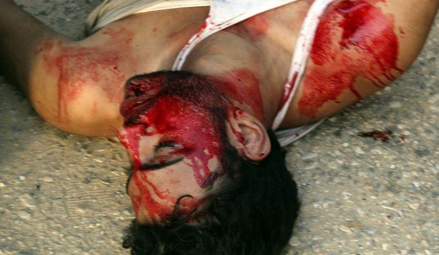 Les manifestations ont fait un nouveau mort, Mohamed Atef,, touché d'une balle dans la tête dans la localité de Cheikh Zouwayed, dans le nord du Sinaï.
