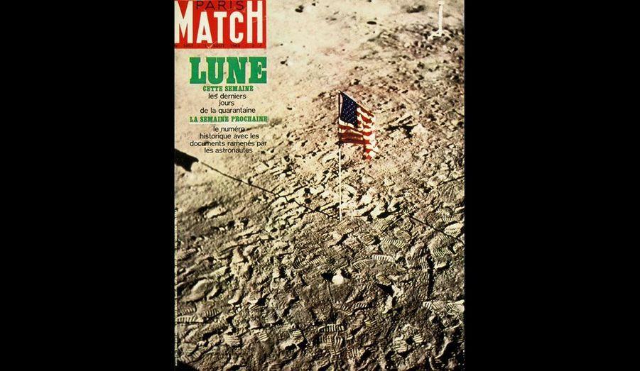 En arrivant sur le sol lunaire, l'équipage d'Apollo 11 a érigé le drapeau américain pour marquer les premiers des hommes sur la Lune.