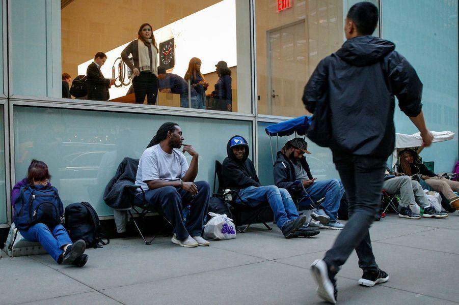Jeudi soir à New York, des fanatiques s'apprêtent à braver la nuit de novembre pour obtenir un iPhone X.