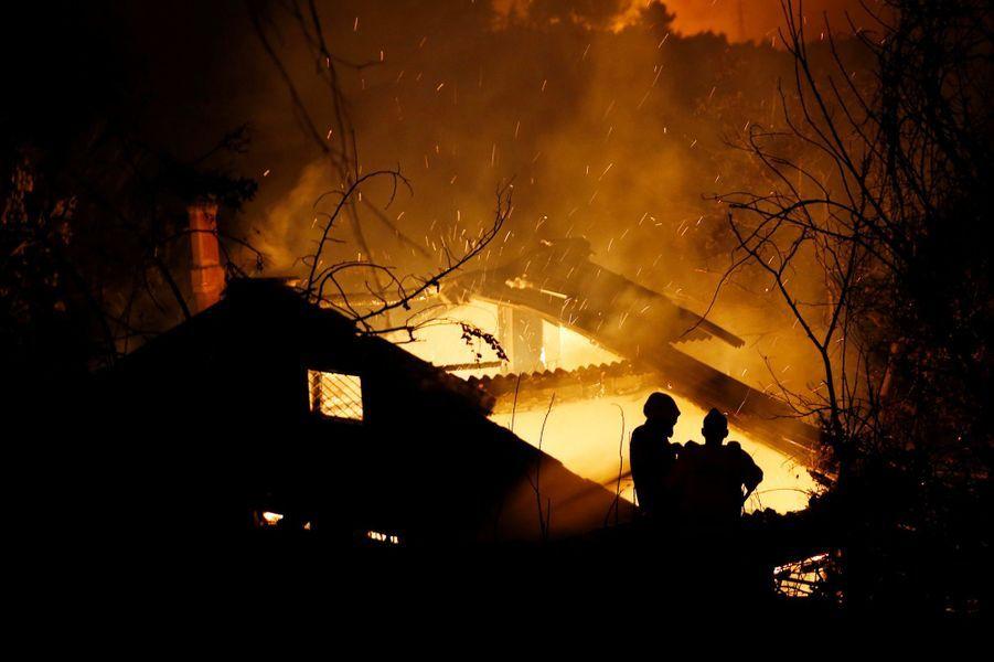 Des feux de forêt menacent des habitations près d'Athènes.