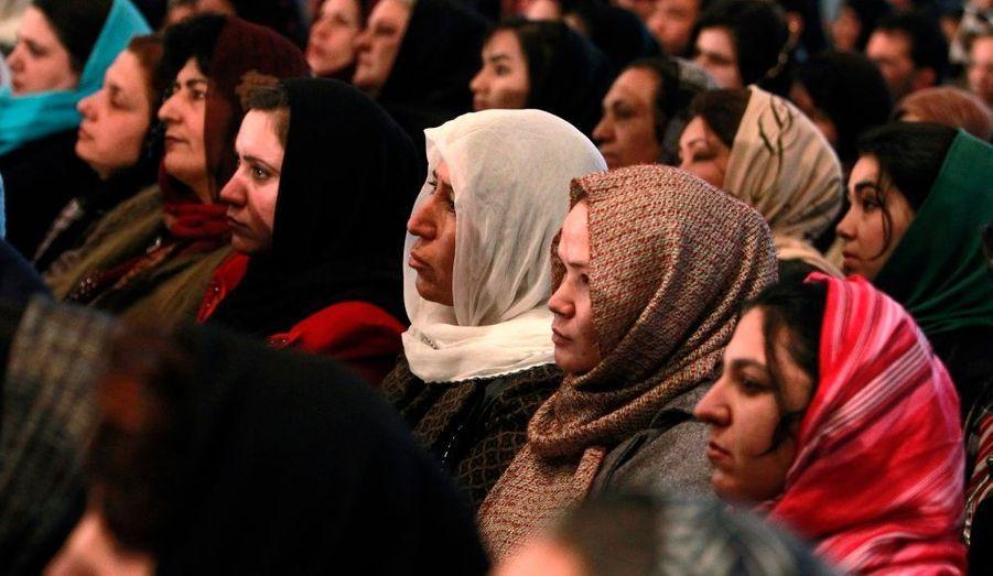 Des femmes afghanes écoutent le discours du président Hamid Karzaï, à Kaboul, en Afghanistan.