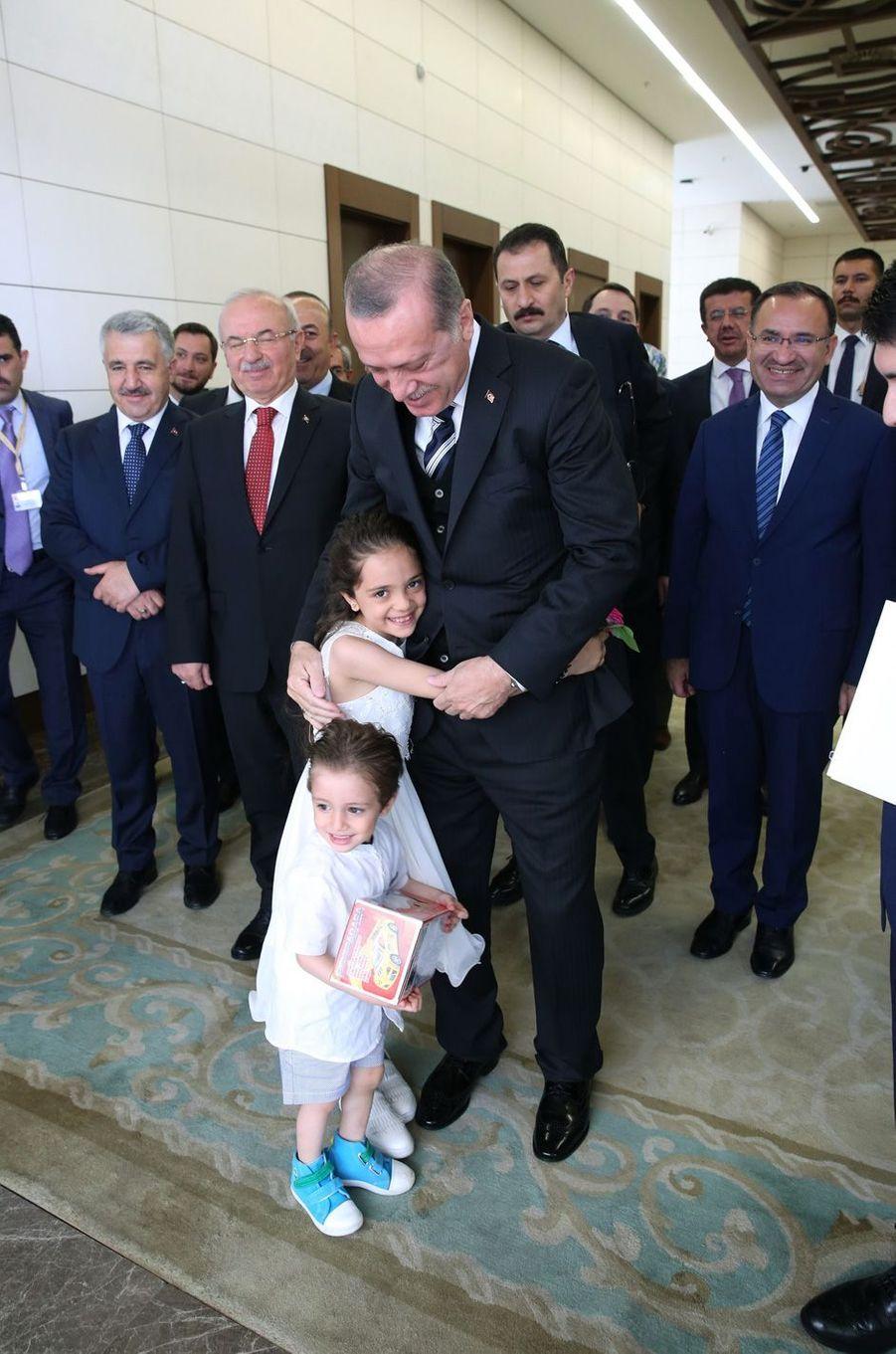 La petite Bana et sa famille ont obtenu la nationalité turque des mains du président Recep Tayyip Erdogan, le 12 mai 2017.