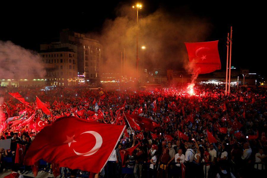 Rassemblement en faveur de Recep Tayyip Erdogan à Istanbul, place Takism, lundi 18 juillet.