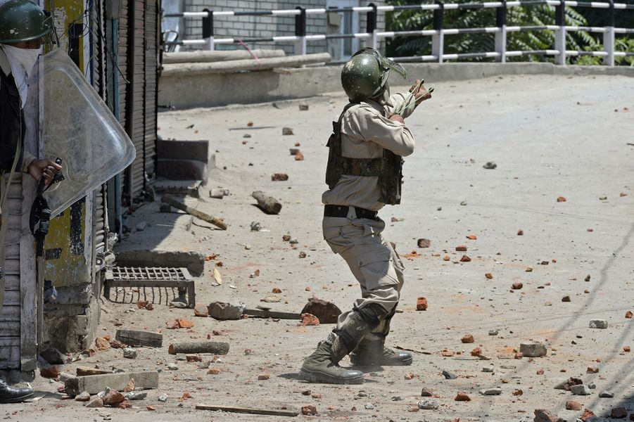 Un indien se défend au lance-pierre au Cachemire le 8 juillet 2017.