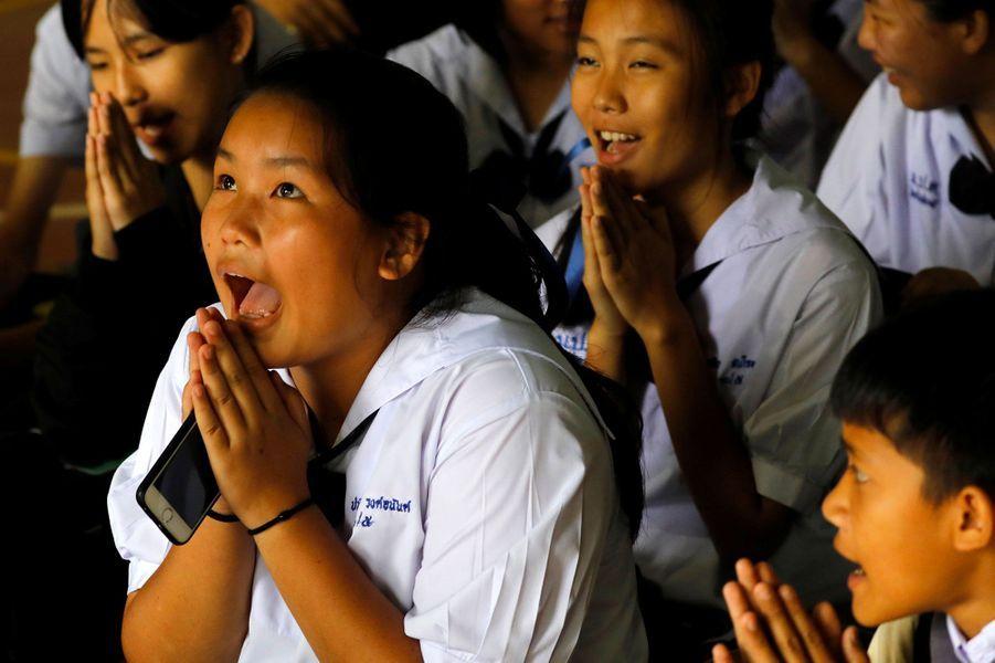 Des écoliers deMae Sai Prasitsart, où sont scolarisés les enfants bloqués dans la grotte