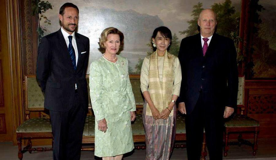 Entourée du roi Harald V de Norvège, de la reine Sonja et du prince Haakon