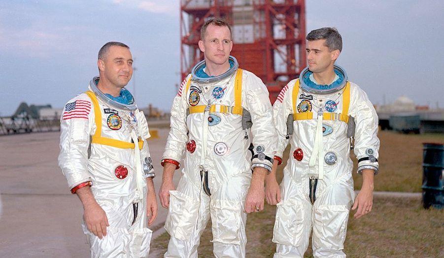 De g. à dr. Virgil «Gus» Grissom, Ed White et Roger Chaffee (de g. à dr.) sur un pas de tir de cap Canaveral le 17 janvier 1967.