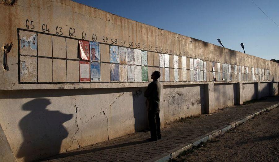 Toujours à Sidi Bouzid un mur électoral couvert des affiches des différents partis en lice. Chaque candidat a son emplacement numéroté et réservé. Tous les jours, précise le photographe Pierre Terdjman, des islamistes arrachent les affiches des partis laïcs.