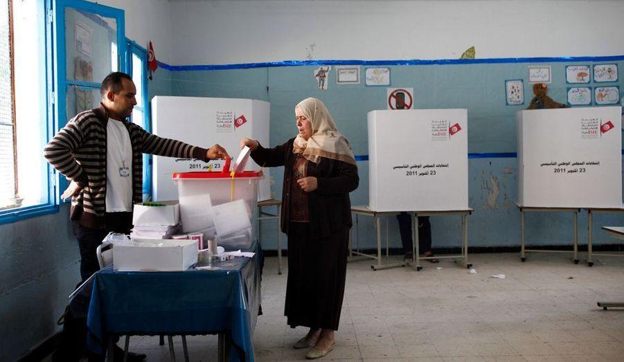 Une femme glisse son bulletin de vote dans l'urne. La mission d'observation électorale de l'UE a salué l'exemplarité du scrutin, «un processus électoral crédible et transparent».