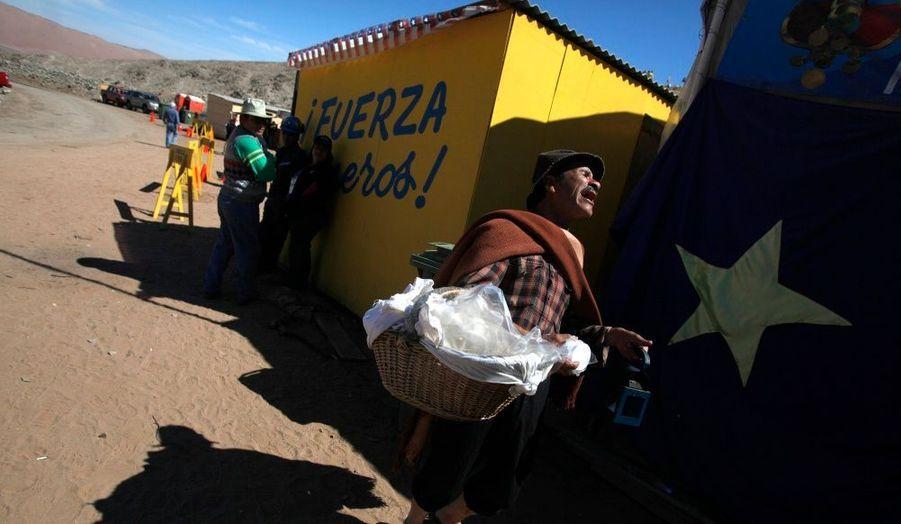 Un vendeur de Motemei, plat traditionnel chilien à base de maïs séché, crie pour signaler sa présence.