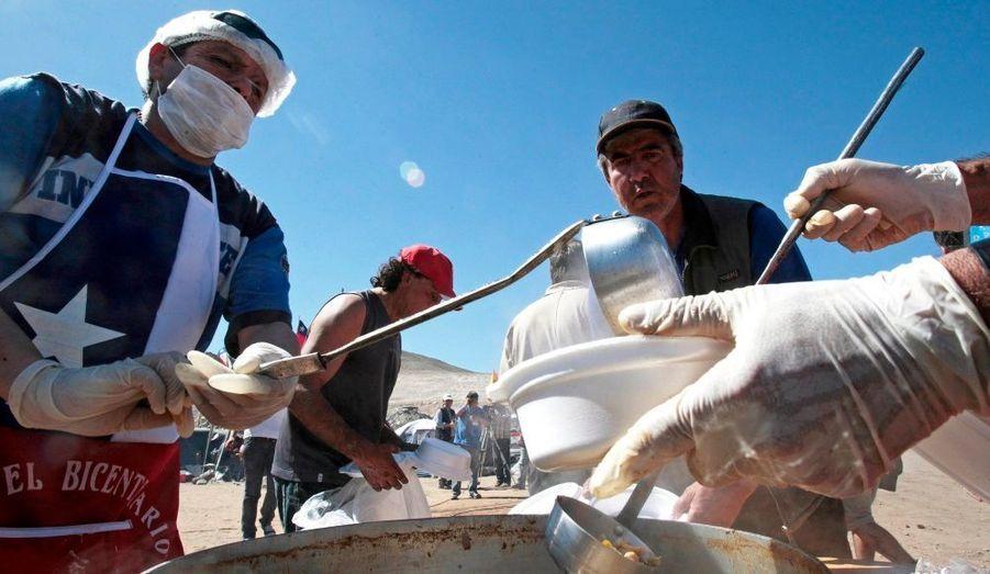 Des pêcheurs de la ville côtière de Caldera offrent un repas frugal à base de poisson aux campeurs.