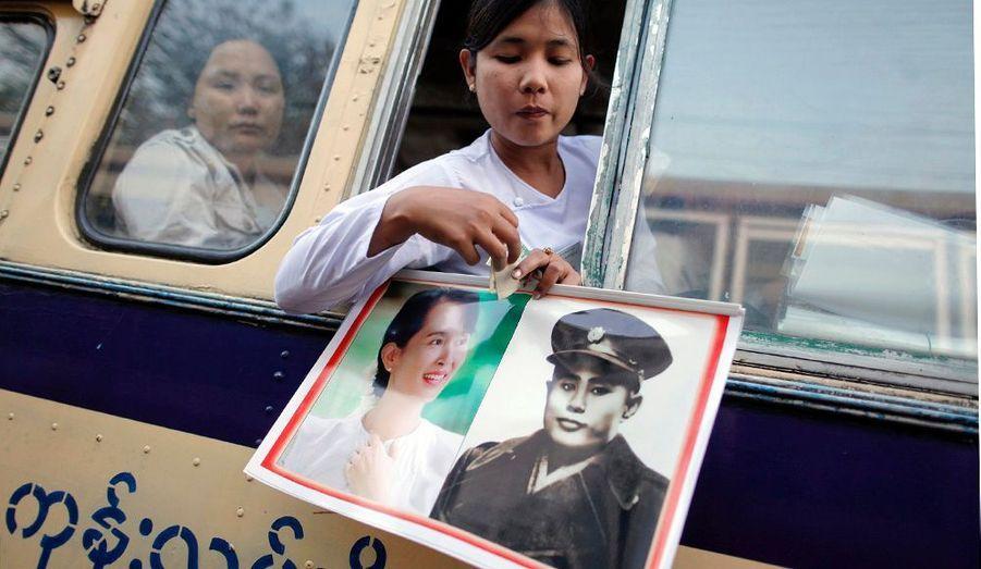 Le peuple ose désormais brandir les portrait du père de l'indépendance, Aung San et de sa fille.