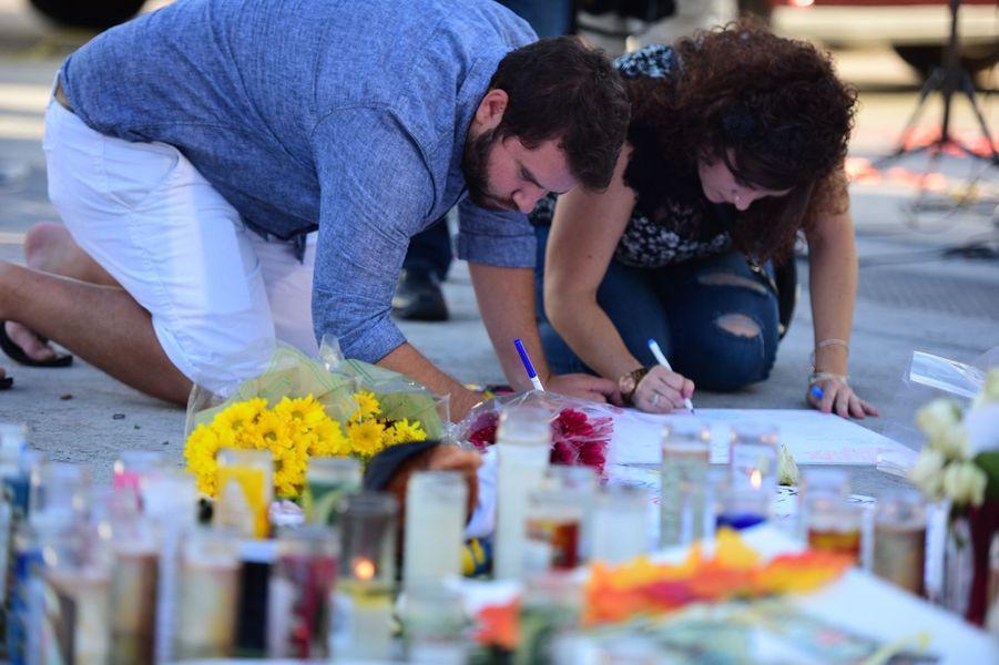 A Las Vegas, les hommages aux victimes se multiplient.