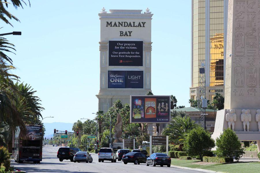 Le strip de Las Vegas, lundi. Sur le panneau du Mandalay Bay : «Nos prières pour les victimes. Notre gratitude pour les courageux premiers secours.»